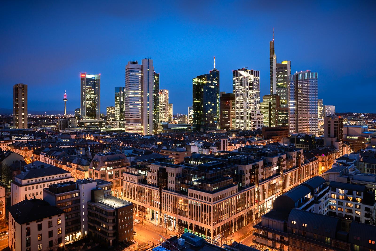 frankfurt skyline blaue stunde